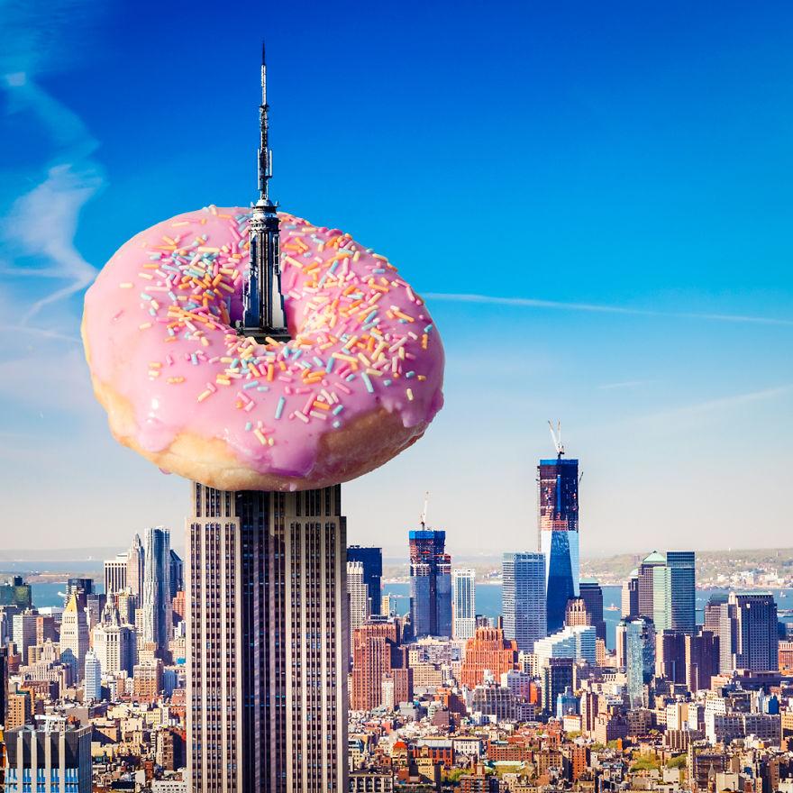 obraz przedstawia donut nabity na szpicę drapacza chmur