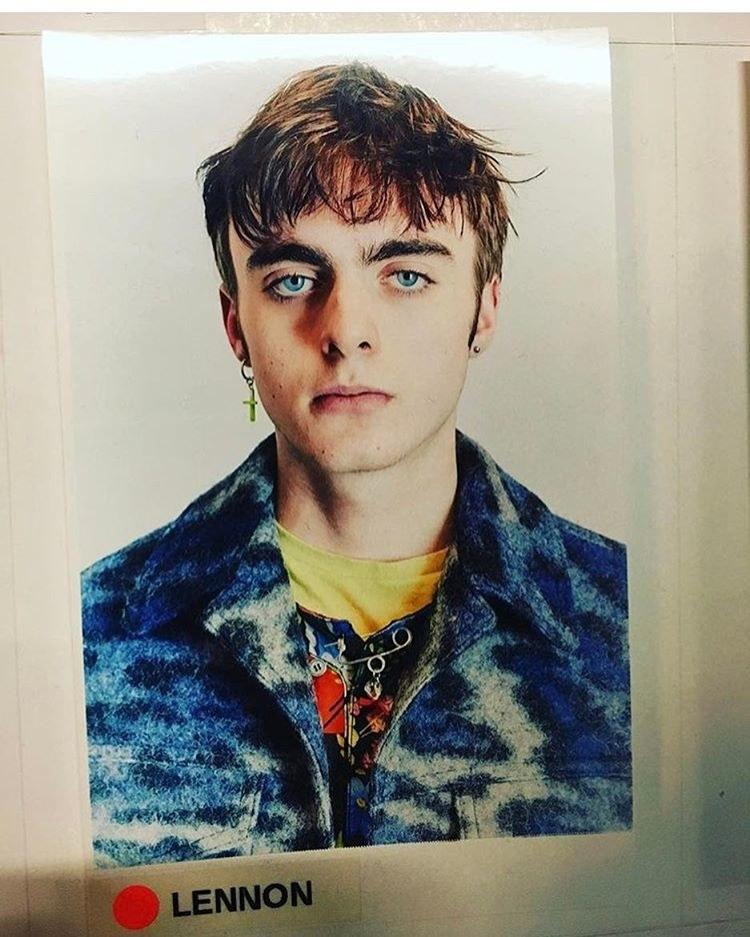 polaroid chłopaka z brązowymi włosami ubranego w niebieską marynarkę