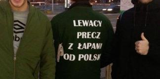 Trzech mężczyzn, dwóch przodem, jeden tyłem, pokazujący patriotyczny napis na kurtce