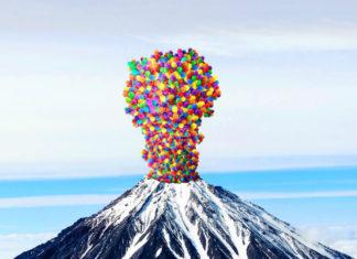 obrazek przedstawia wulkan wyrzucający ze swojego wnętrza kolorowe piłki