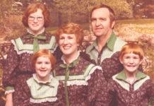 Zdjęcie rodzinne, mężczyzna, rudowłosa kobieta i trójka rudowłosych dzieci