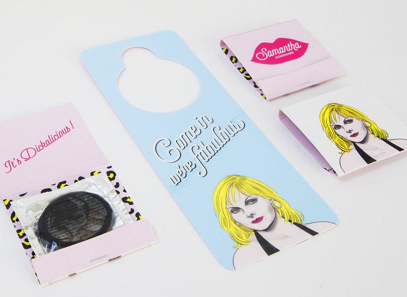 Zawieszki na drzwi z twarzą Samanthy Jones, blonwłosej kobiety i dwie prezerwatywy