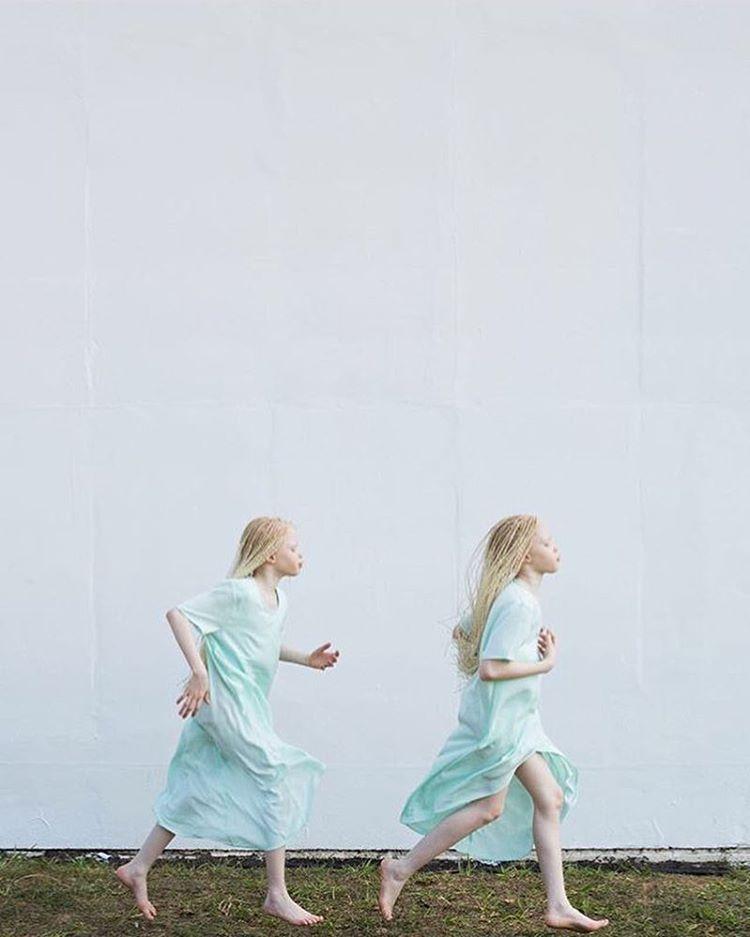 Na zdjęciu widzimy biegnące bliźniaczki-albinoski.