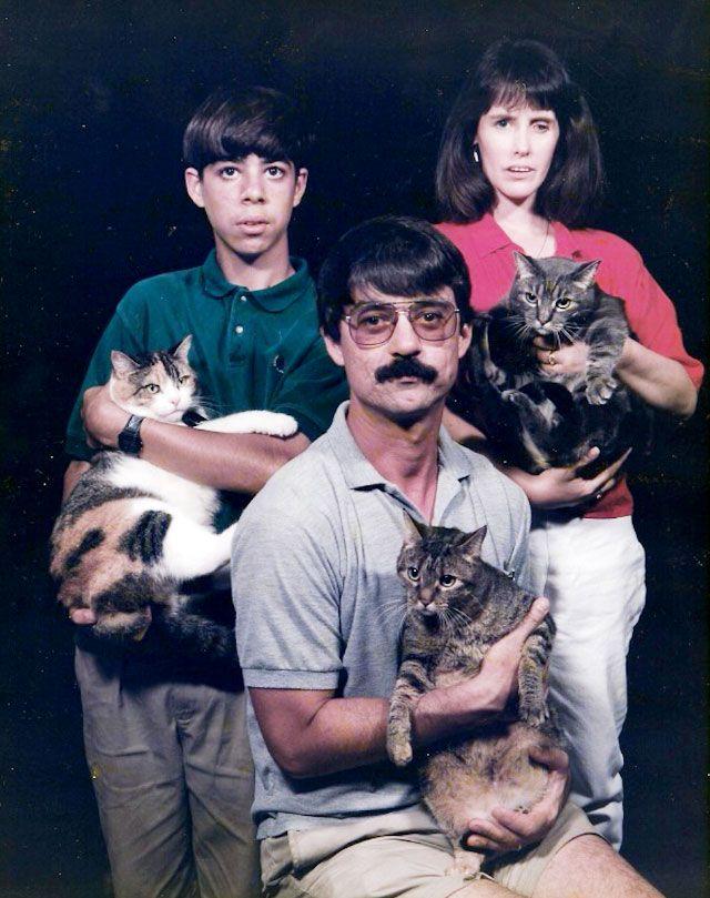 Mężczyzna z wąsem i w okularach, chłopiec z grzywką i kobieta, każdy z nich trzyma na rękach kota
