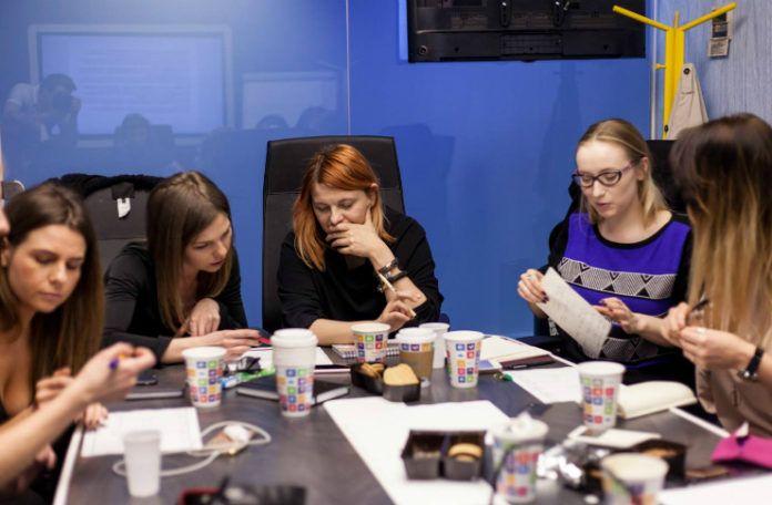 Grupa dziewczyn siedząca przy okrągłym stole