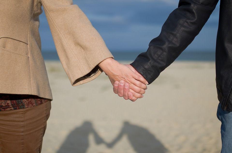 Zdjęcie przestawia dwie trzymające się ze sobą dłonie