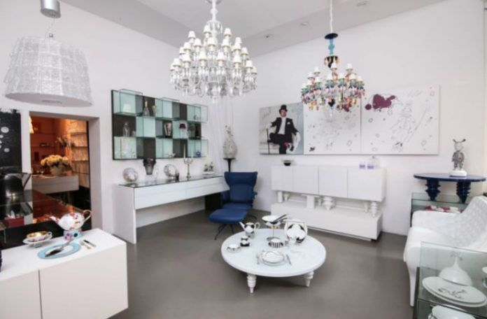 zdjęcie przedstawiające jasne pomieszczenie, urządzone w klasycznym stylu