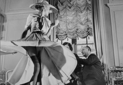 kobieta w spodnicy diora i projektant