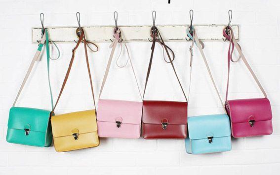 kolorowe torebki na wieszakach
