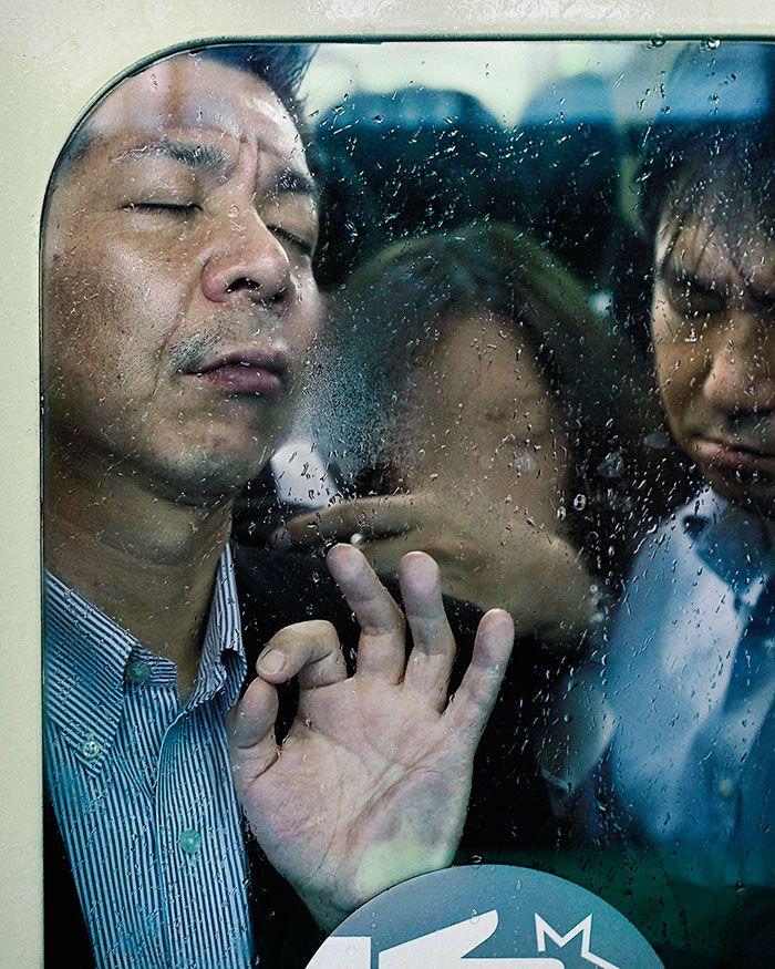 Mężczyzna przyklejony do szyby w zatłoczonym metrze