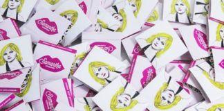Rozrzucone prezerwatywy z wizerunkiem Samanthy Jones i ust