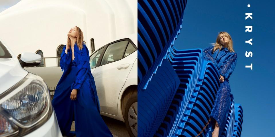 Dwie kolorowe fotografie, Po lewej stronie, na białym tle, wśród dwóch białych, luksusowych samochodów stoi blondynka z głową zwróconą ku górze. Ubrana jest w oryginalny strój w mocnym niebieskim kolorze. Po prawej stronie zdjęcie utrzymane jest w mocnych niebieskich barwach, jak ubranie poprzedniej modelki. Ta sama blondynka siedzi okrakiem na niebieskiej konstrukcji z plastikowych leżaków, lub krzeseł, ubrana jest w koronkową sukienkę o identycznym kolorze.