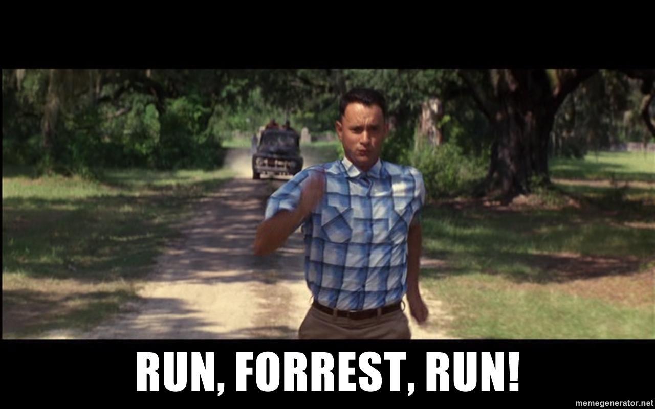 na zdjęciu znajduje się biegnący mężczyzna. w tle widać jadący samochód