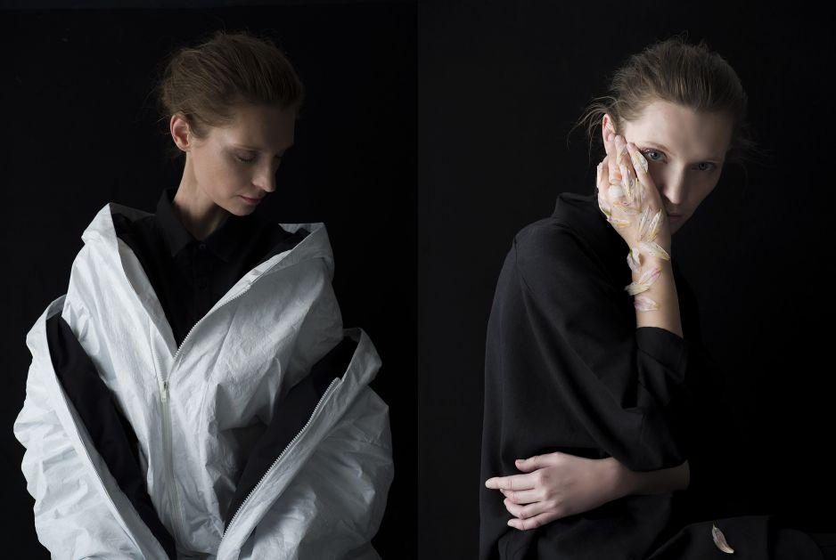 Dwie fotografie kolorowe utrzymane w ciemnych stonowanych kolorach. Po lewej stronie stoi kobieta, zwrócona przodem do widza, lecz jej głowa zwrócona jest profilem w lewą stronę. Ubrana jest w czarna bluzę, a na niej posiada dwie warstwy białej kurtki z kapturem, jedna warstwa odkrywa ramiona. Po prawej stronie ta sama kobieta zwrócona jest półprofilem w lewą stronę. Prawą dlonią opiera o tearz, przysłaniając jej połowę. Druga ręka oparta jest o bok. Na prawej słoni widać kilka żóło-różowych piór.