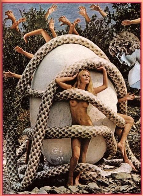 Na zdjęciu widzimy modelkę nagą, na tle dużego jaja kurzego, owita jest w węże. Z jaja wychodzą ludzkie ręce i nogi.