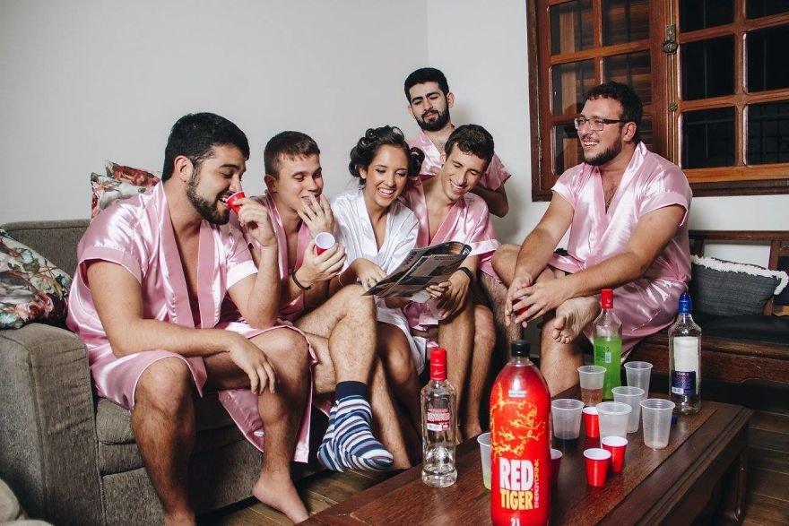 Kobieta i pięciu mężczyzn siedzą i przeglądają gazetę