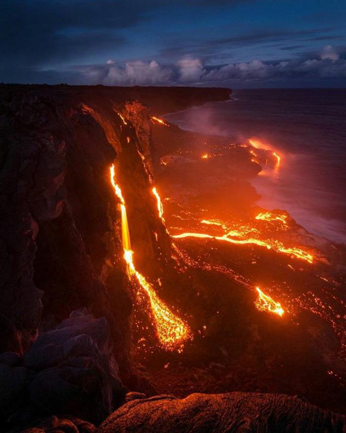 Na zdęciu znajduje się lawa wypływająca z wulkanu