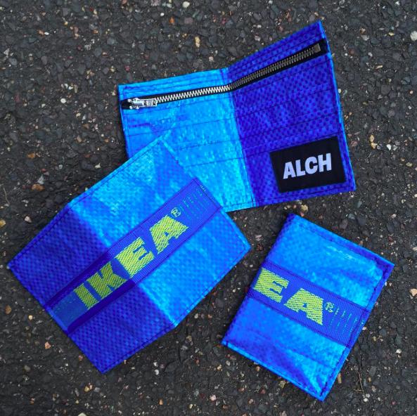 Trzy niebieskie portfele z zoltym napisem ikea