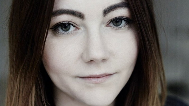 Mloda kobieta brunetka zdjecie samej twarzy sutne ciemne oczy lekki usmiech
