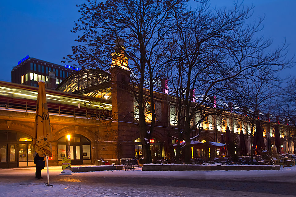 oswietlone centrum handlowe noca