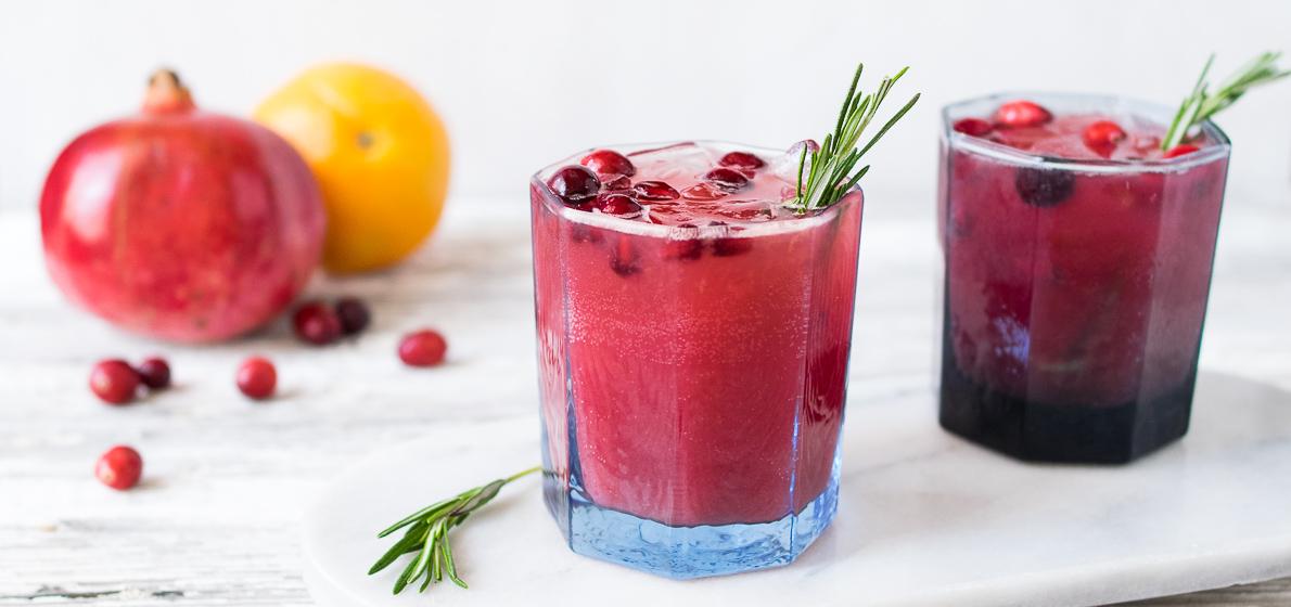 dwie szklanki koktajlu żurawinowego