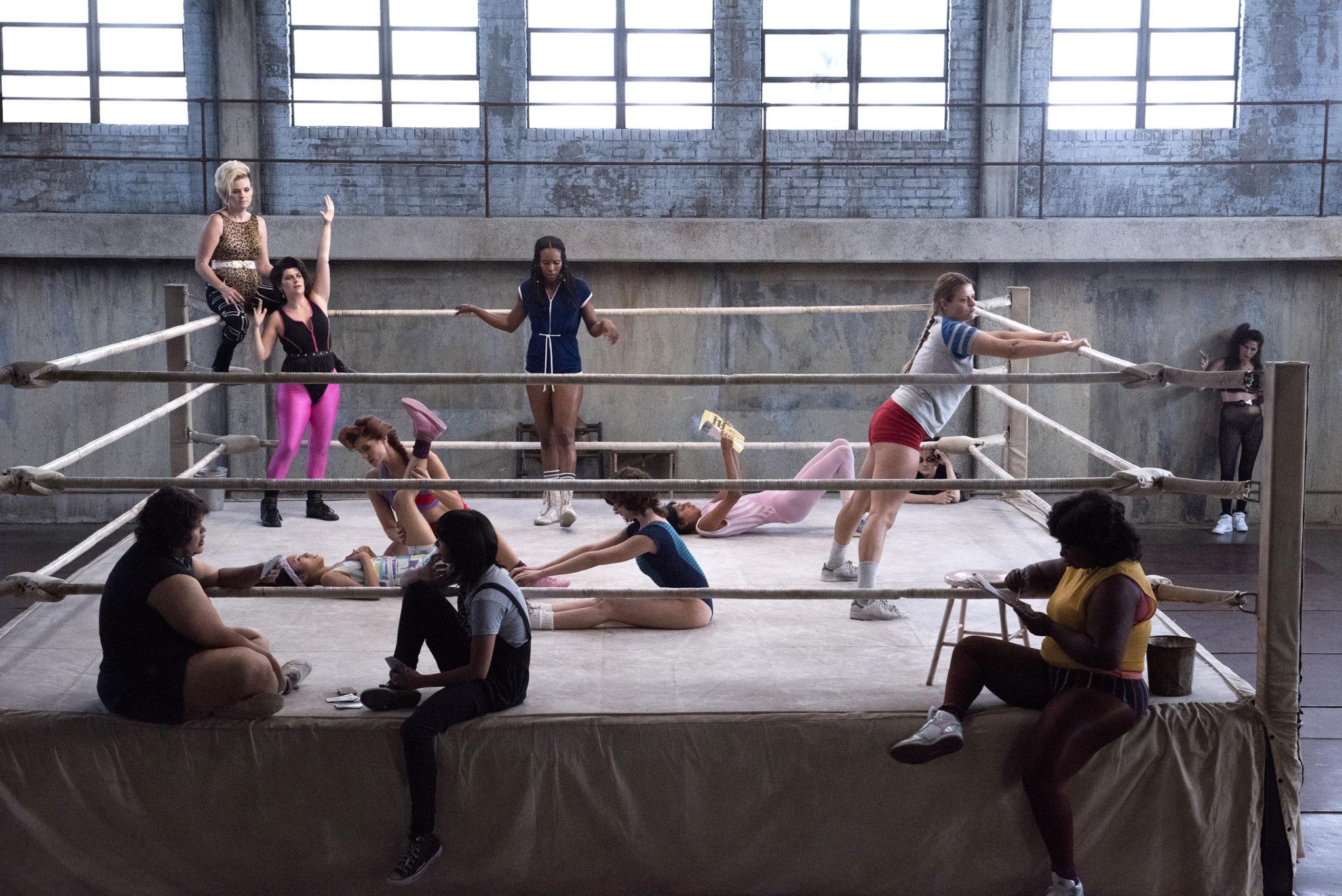 Dziewczyny stojące na ringu bokserskim