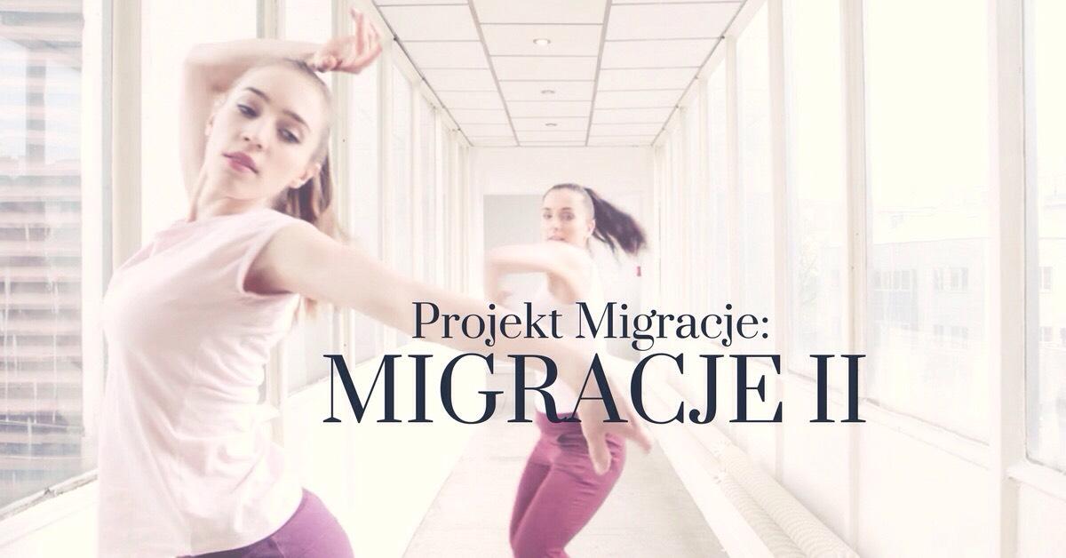 Dwie tancerki blondynka i szatynka w takich samych strojach tancza w jasnym przestrzennym korytarzu na zdjeciu jest napis projektat migracje migracje