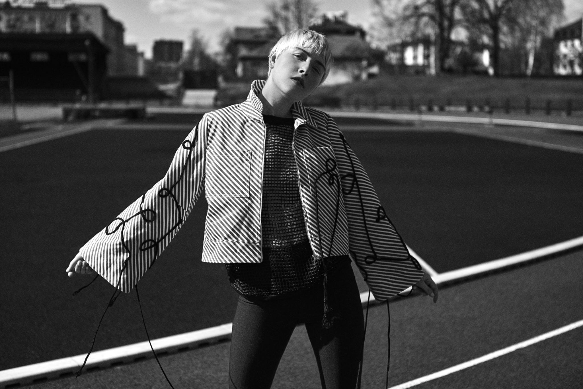 Czarno-białe zdjęcie i luźną kurtkę