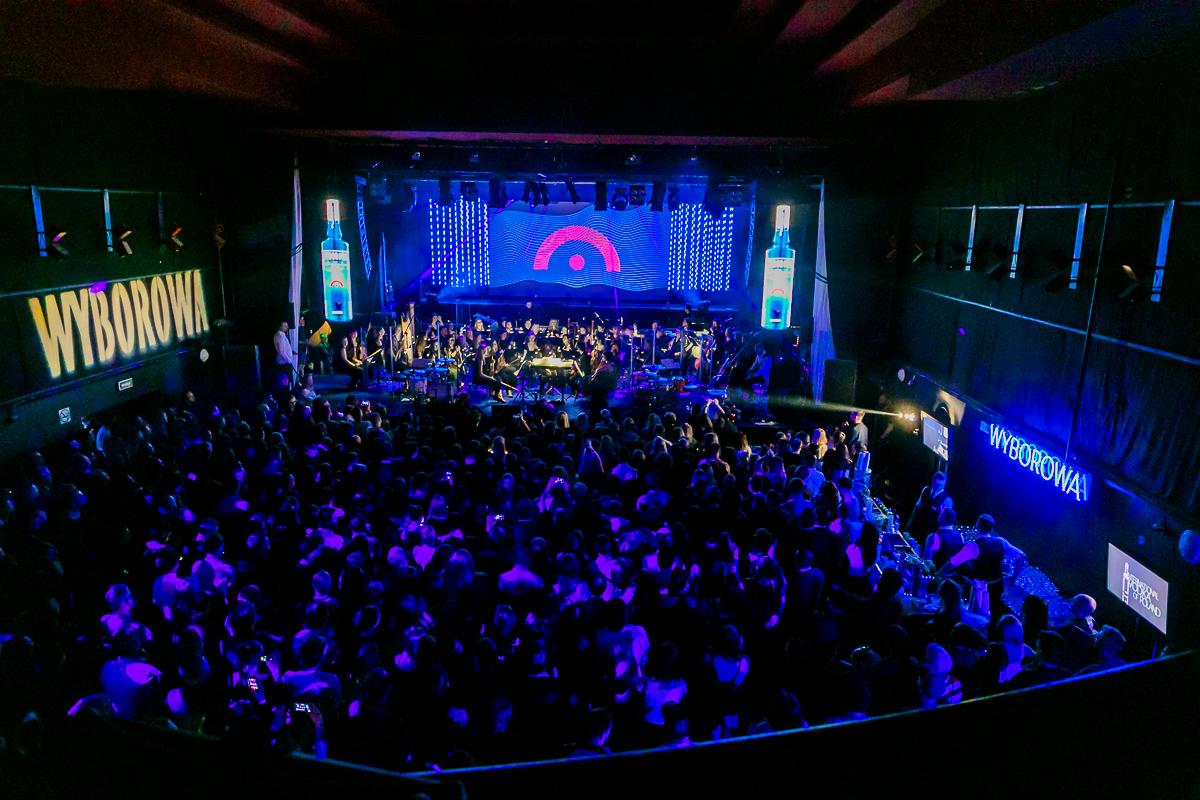 Widok na scenę i tłum ludzi zebranych pod nią