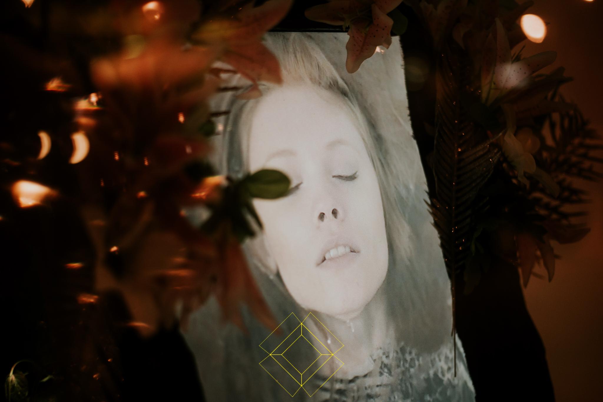 Obraz dziewczyny z zamkniętymi oczami i rozchylonymi ustami