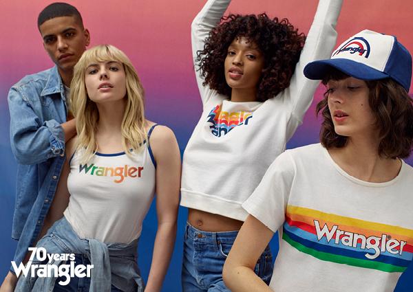 Chłopak i trzy dziewczyny w białych koszulkach z tęczowym napisem Wrangler