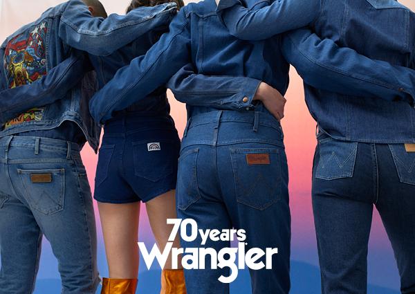Cztery pary pośladków ubrane w spodnie Wrangler