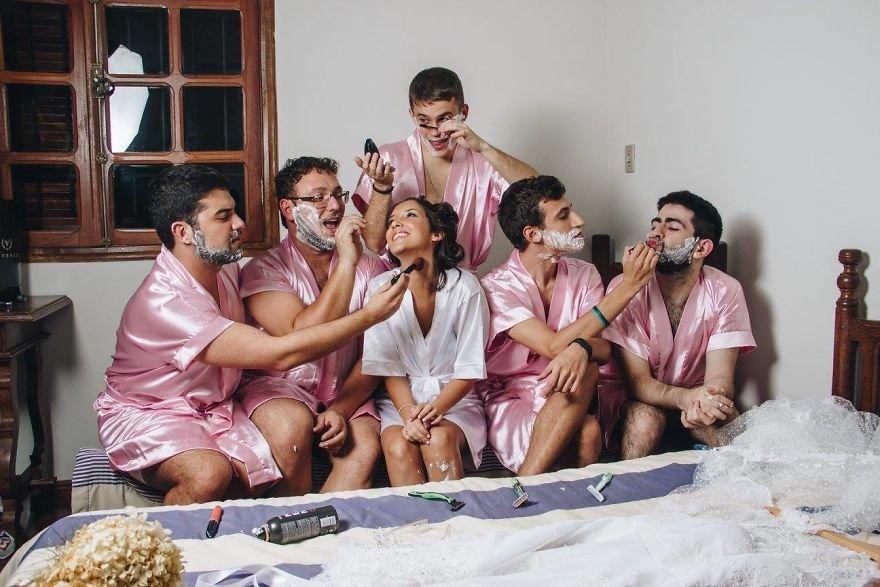 Dziewczyna w białym szlafroku i pięciu mężczyzn w różowych szlafrokach - mężczyzni mają nałożony krem do golenia