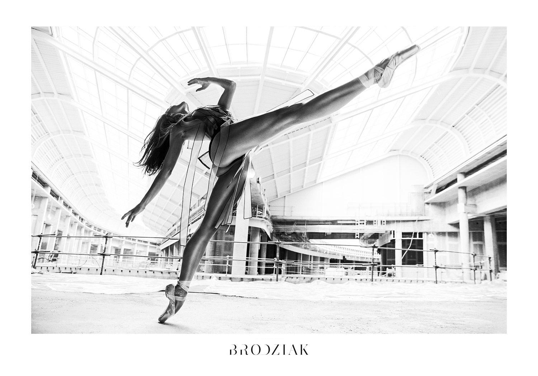 Czarno-białe zdjęcie przedstawiające kobietę, która macha nogą