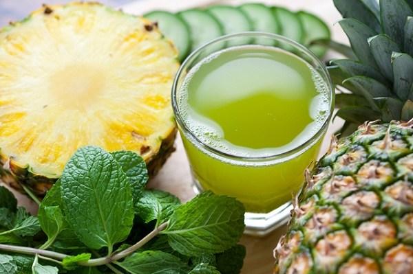 zielony koktajl i ananasy