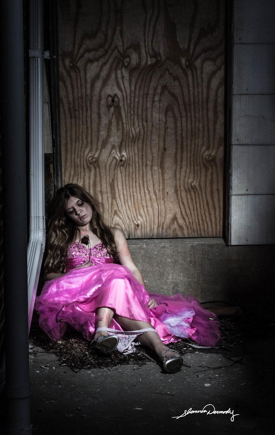 kobieta siedzaca na podlodze w rozowej sukience