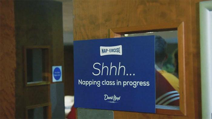 niebieska tabliczka na drzwiach z bialym napisem