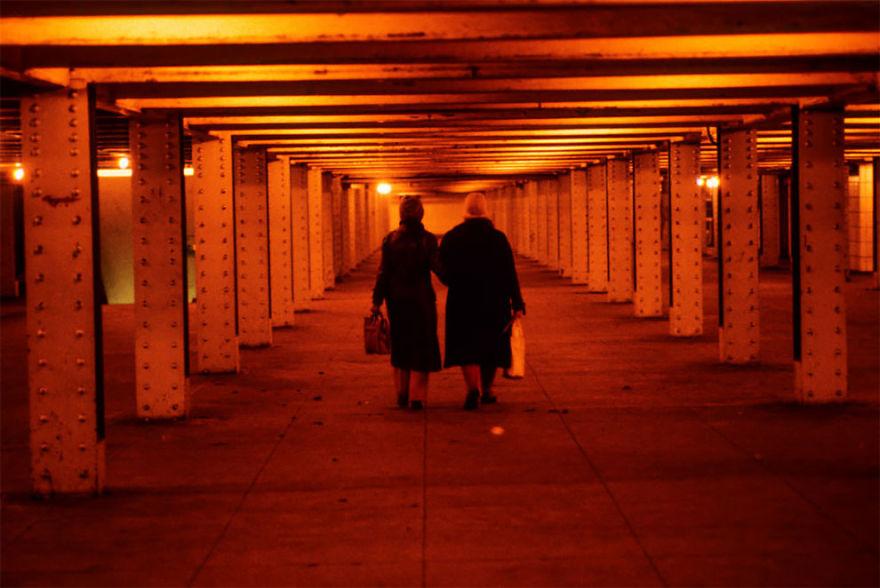 zdjęcie przedstawia dwie kobiety idące wzdłuż tunelu