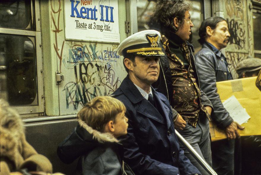 zdjęcie przedstawia ludzi czekających na pociąg
