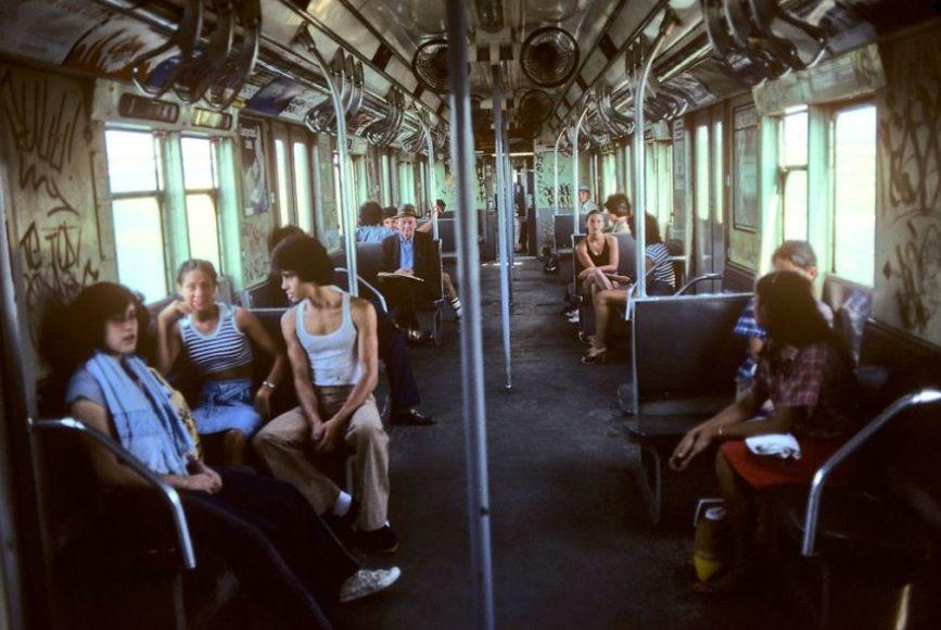 na zdjęciu znajduje się wnętrze wagonu pociągu, wypełnione przez tłum ludzi