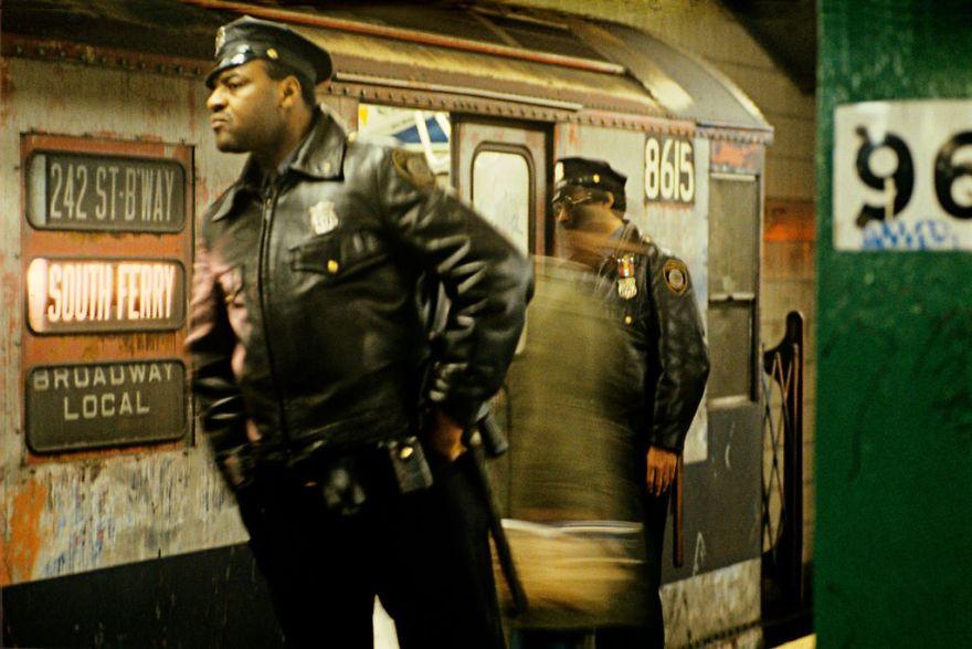 zdjęcie przedstawia dwóch policjantów i fragment wagonu pociągu