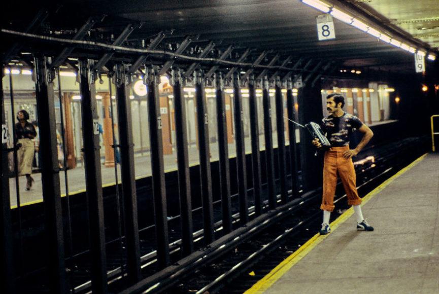zdjęcie przedstawia mężczyznę stojącego na krawędzi peronu