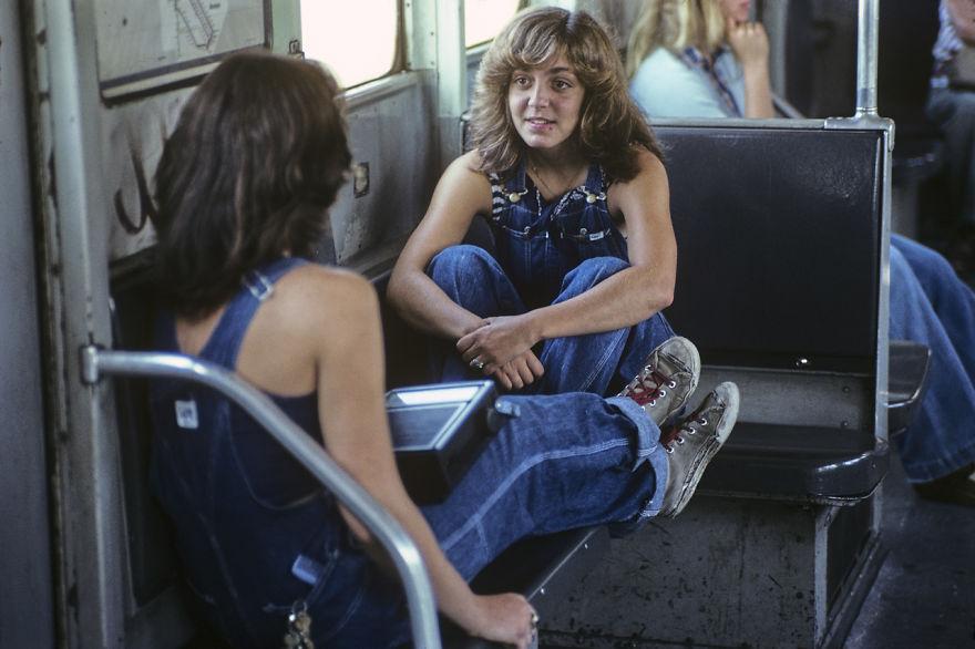 zdjęcie przedstawia dwie młode kobiety siedzące naprzeciw siebie wewnątrz wagonu