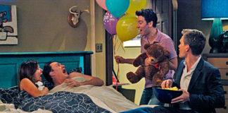Para leżąca w łóżku i mężczyzzna stojący z balonami w ręku