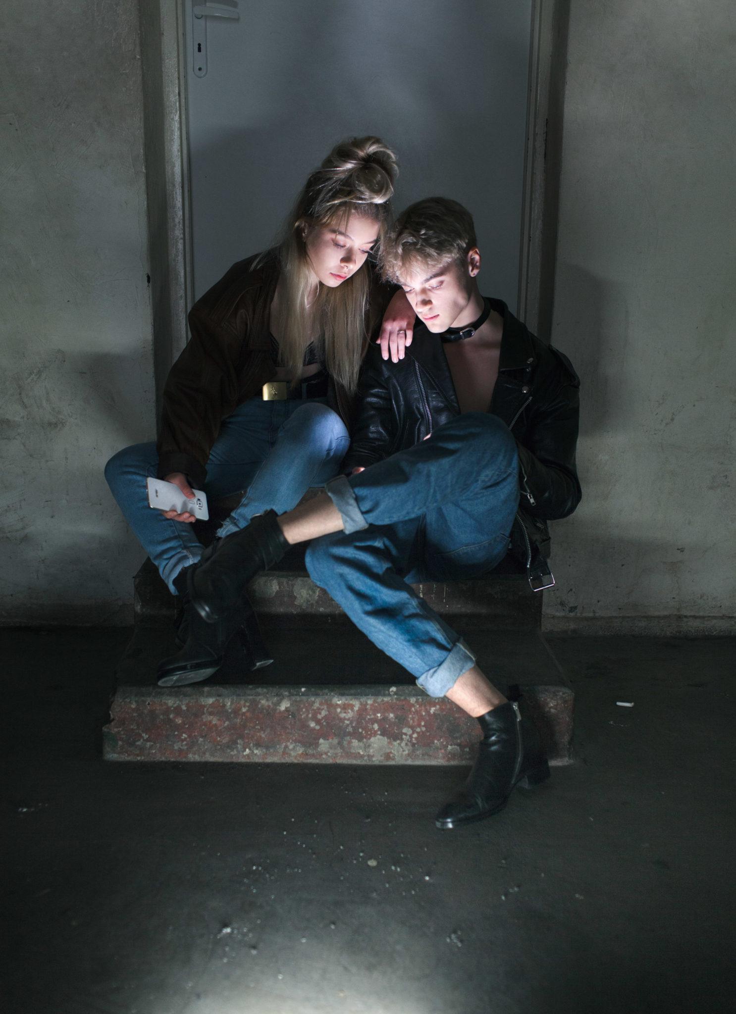 Dziewczyna z chłopakiem siedzą na schodkach
