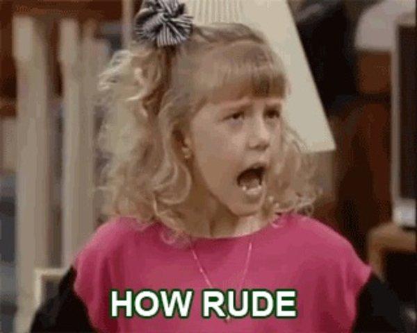 zdjęcie przedstawia krzyczącą dziewczynkę. zawiera również napis - how rude