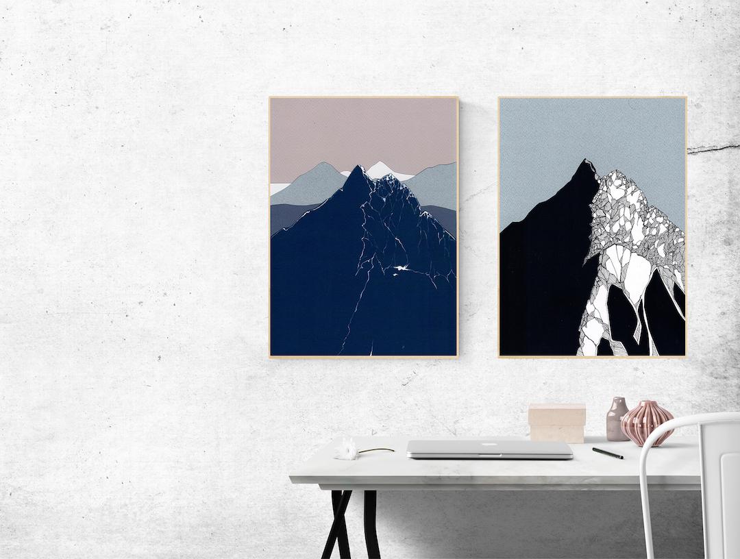 Pomieszczenie z białymi ścianami i dwoma obrazami