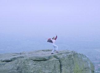 Dziewczyna stojąca na skale, w tle morze