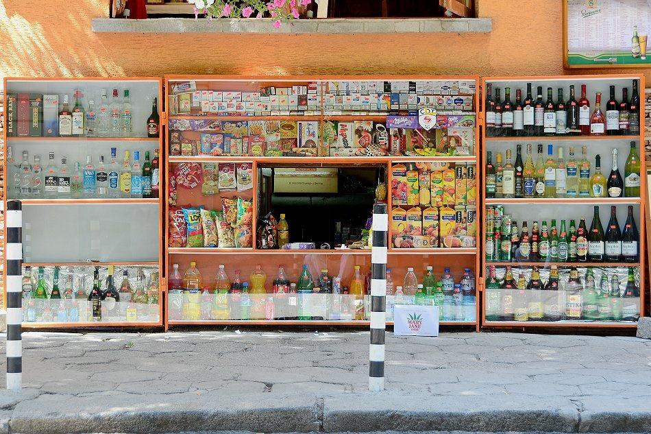 Pomarańczowy kiosk wbudowany w budynek