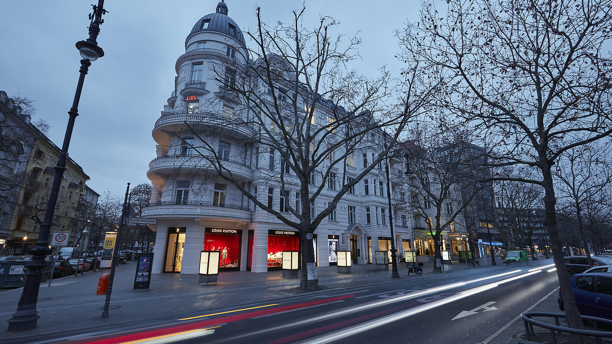 bialy budynek przy ulicy w Berlinie Kurfürstendamm zakupy